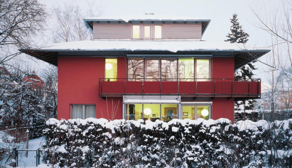 Auch Schneefall, Tauwetter oder Hochwasser können dem Mauerwerk nichts anhaben. epr/Bundesverband Kalksandsteinindustrie e.V. (2)