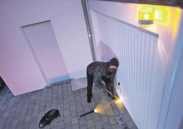 Einbruchversuche registrieren moderne Smart-Home-Systeme sofort – und leiten Maßnahmen zur Abschreckung und Absicherung ein. djd/somfy